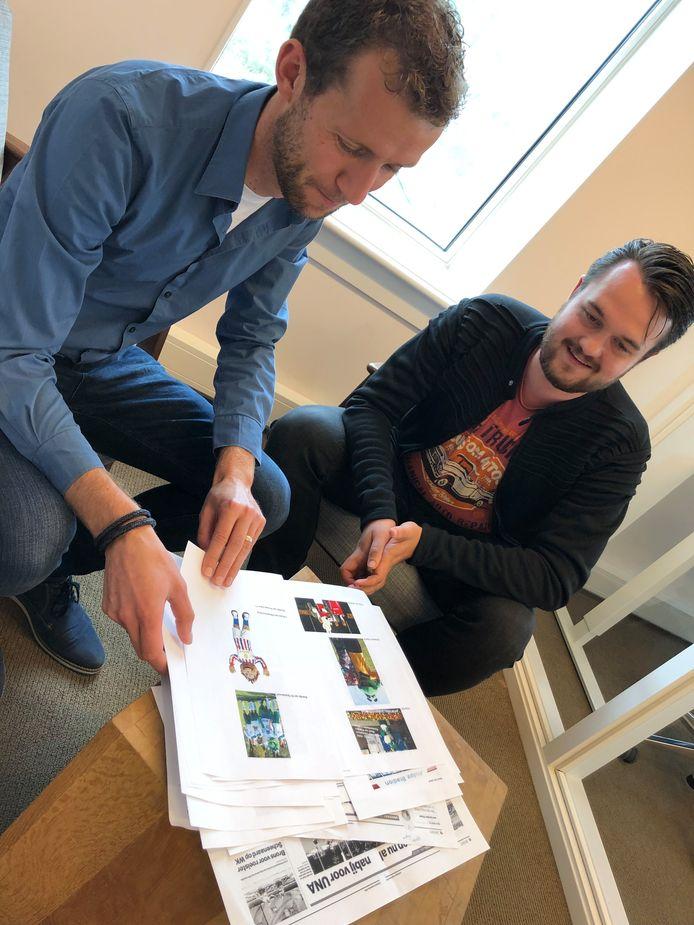 Dirk van Hunsel neemt samen met amateurvoetbalcoördinator Sjors Grol de jaarlijkse bijlage door.