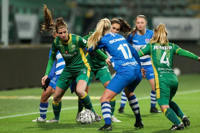 ADO-middenveldster Pleun Raaijmakers speelde tegen PEC Zwolle als centrale verdediger.