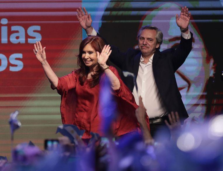 President-elect Alberto Fernandez en zijn vice-president Cristina Fernandez zwaaien naar hun aanhangers.