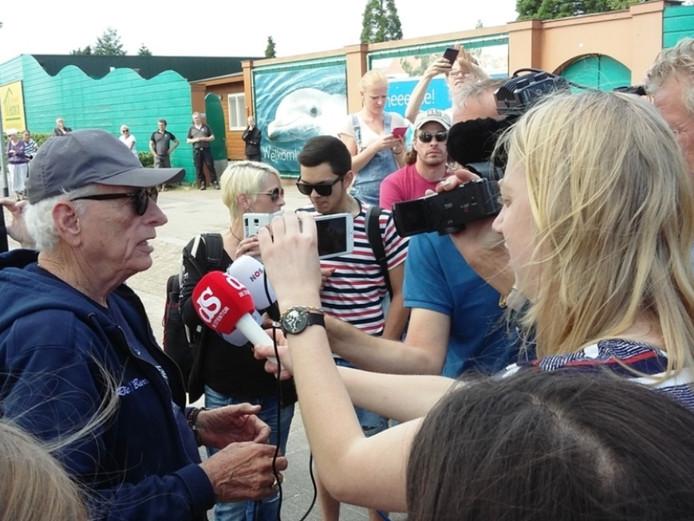 Het Dolfinarium krijgt wel vaker bezoek van dierenactivisten. In 2016 was Ric O'Berry, oud-trainer van dolfijn Flipper, in Harderwijk om te demonstreren.