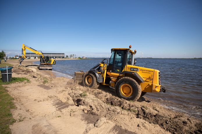 Werkzaamheden bij het Kleine Zeetje, bedoeld om het strand wat minder steil te laten aflopen. Het baggerwerk moet nog beginnen.