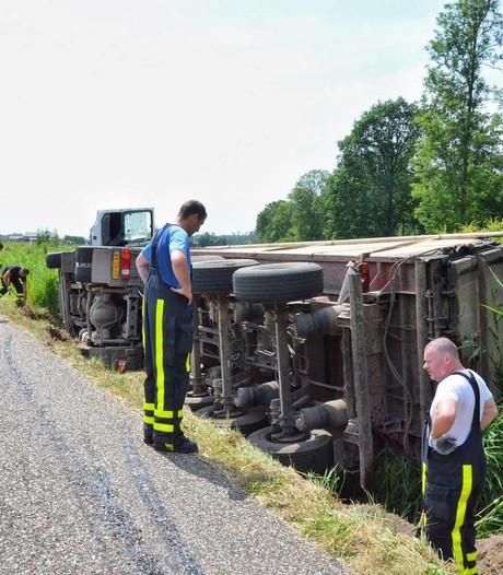 Vrachtwagen belandt in sloot in Steenbergen