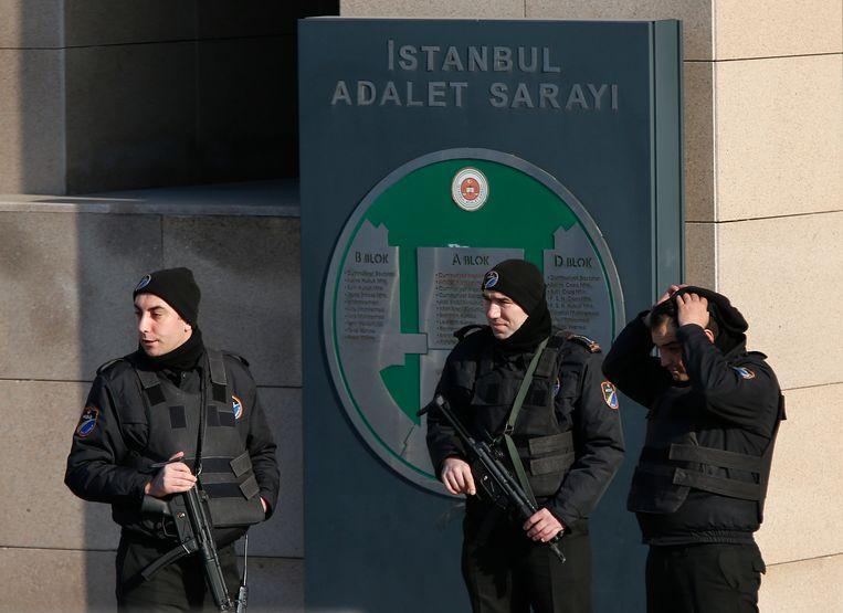 Agenten houden de wacht voor een gerechtsgebouw in Istanboel.