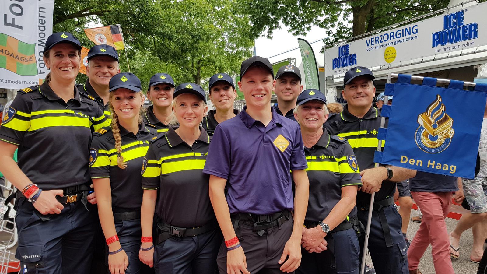 Job van Olst uit Elst loopt de Vierdaagse samen met de politie-eenheid Den Haag.