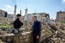 VN Vluchtelingen Commissaris Filippo Grandi praat met een jonge vluchteling die terugkeerde naar zijn woonplaats