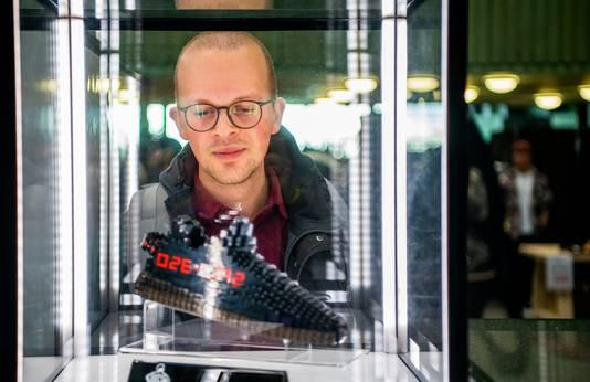 Verslaggever Lex Bezemer bewondert een van Lego gemaakte schoen.