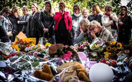 Leraren uit Oss hielden gisteren een herdenking bij de bloemenzee bij NS-station Oss West. De herdenkingsplek is vlakbij de spoorwegovergang waar het dramatische ongeval plaatsvond.
