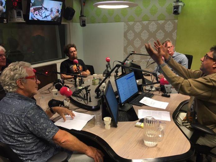 De samenstellers van Zout waren in 2017 te gast in het radioprogramma van Prem Radhakishun (rechts). Radhakishun was ook regelmatig te gast in Zout.