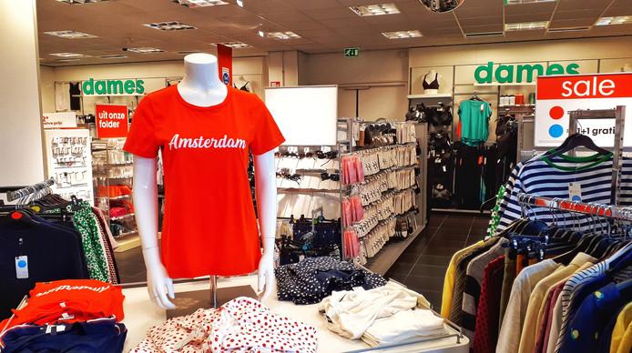De Hema heeft een Amsterdam-shirt in de collectie. Het filiaal pal bij de Rotterdamse Kuip heeft het shirt prominent op de paspop bij de ingang. 'Die moet eraf'
