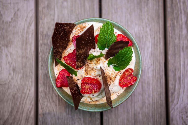 Softijs met ras el hanout, frambozen en stukjes chocolade