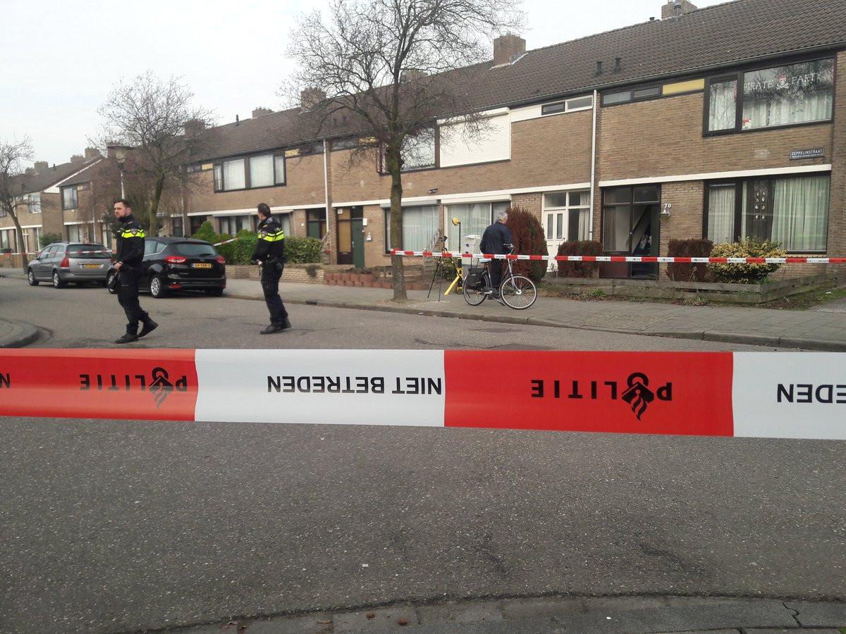 Het huis aan de Zeppelinstraat in Helmond op donderdagochend. Een paar uur na de schietpartij is het politie-onderzoek nog bezig.