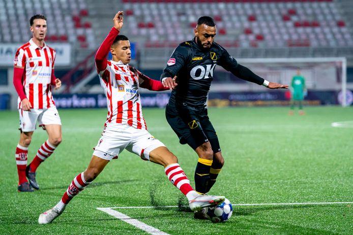 Mario Bilate (rechts) probeert TOP Oss-speler Ruben Roosken te ontwijken.