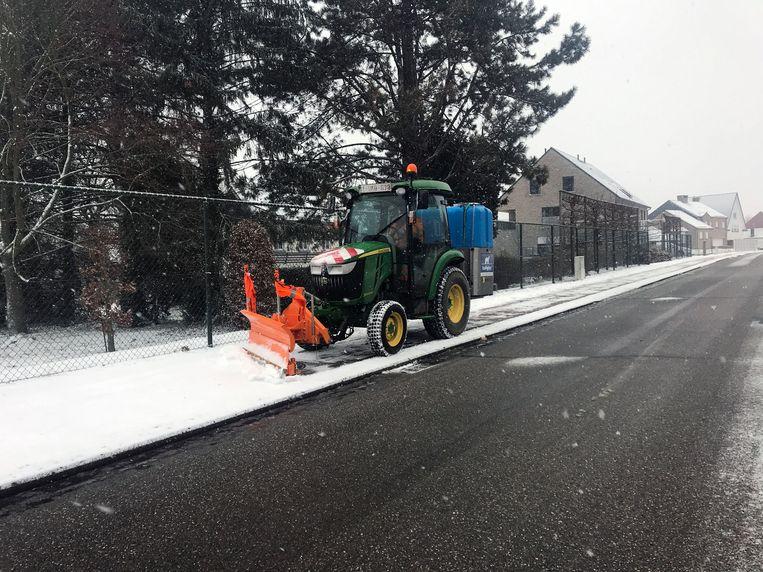 Archieffoto: Een sneeuwruimer maakt het fietspad op de Leuvensebaan in Holsbeek vrij.