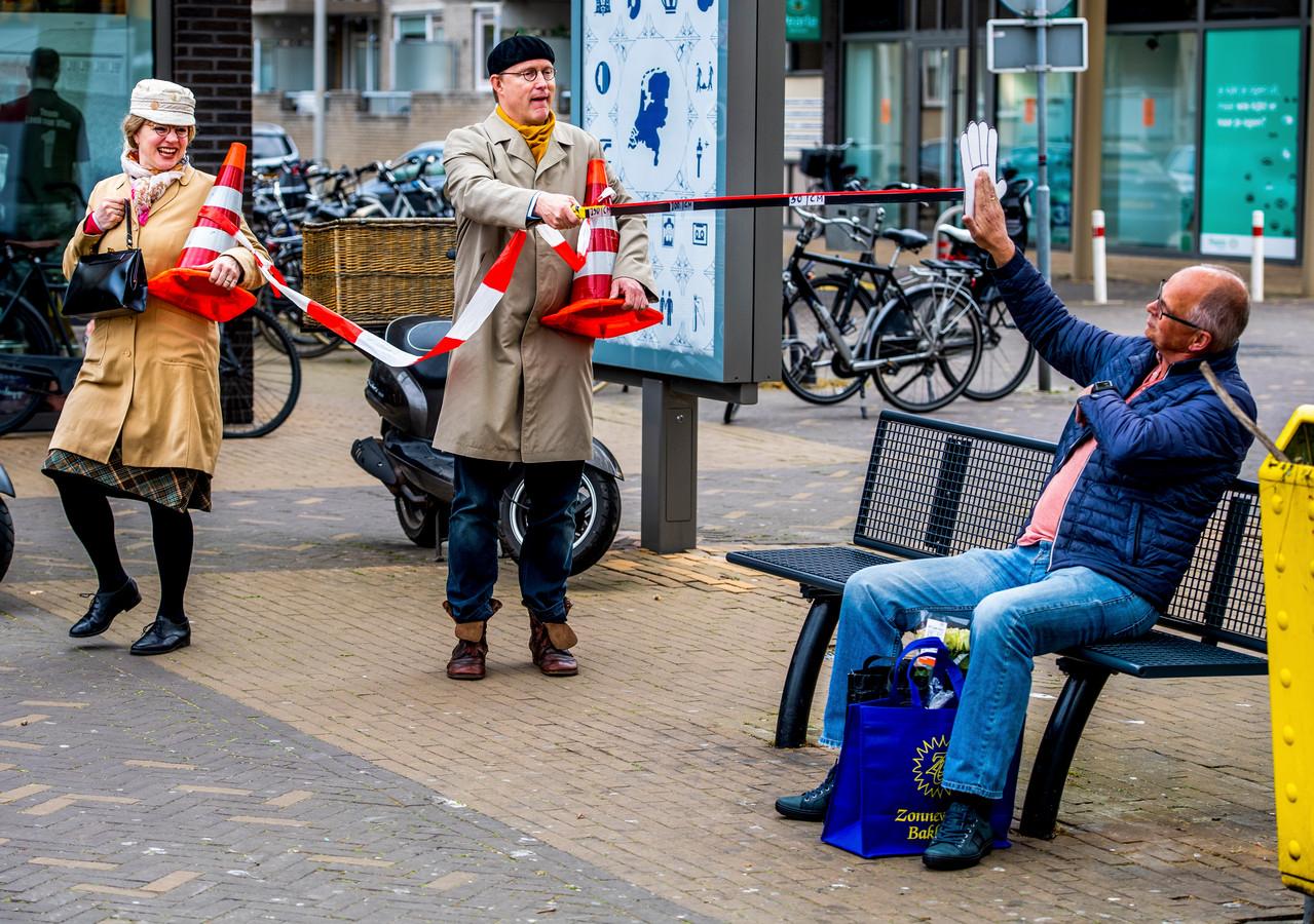 Dubbelgangers André van Duin en Corrie van Gorp doen ludieke actie bij winkelcentrum Herenhof rond 1,5 meter afstand. Foto: Frank de Roo