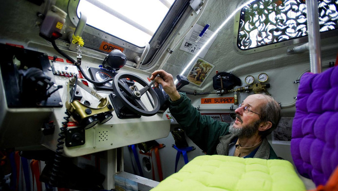 In 2012 ontstond ophef over Van der Meer, die een Noors reddingsschip in zijn tuin had gezet.