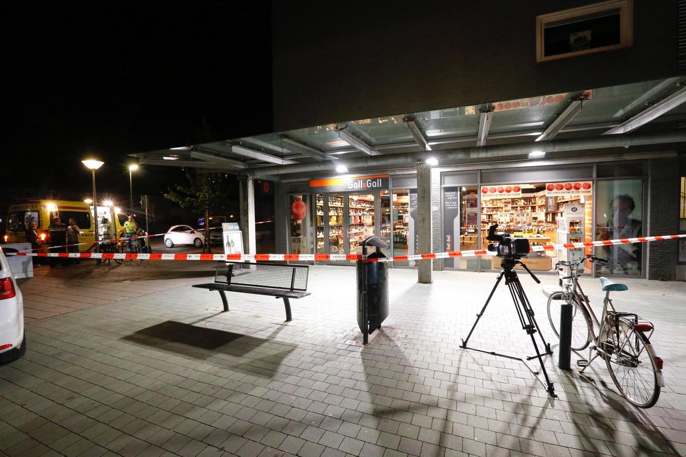 Een  getuige zag een auto op een vreemde plek stilstaan. Het bleek  het vluchtmiddel van twee overvallers van een drankwinkel aan het Cassandraplein.