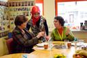 Minister Ella Vogelaar ontving tijdens een bezoek aan de Deventer Rivierenwijk een flesje Deventer tripelbier.