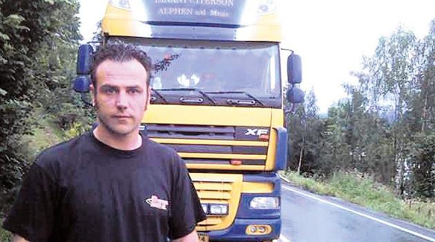 Peter van Dinten voor zijn truck in Noorwegen. 'Ik wist direct dat dat geen vuurwerk was.' FOTO AD