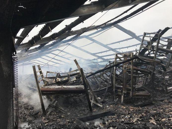 De ravage na de uitslaande brand in de kippenstal in Renswoude.