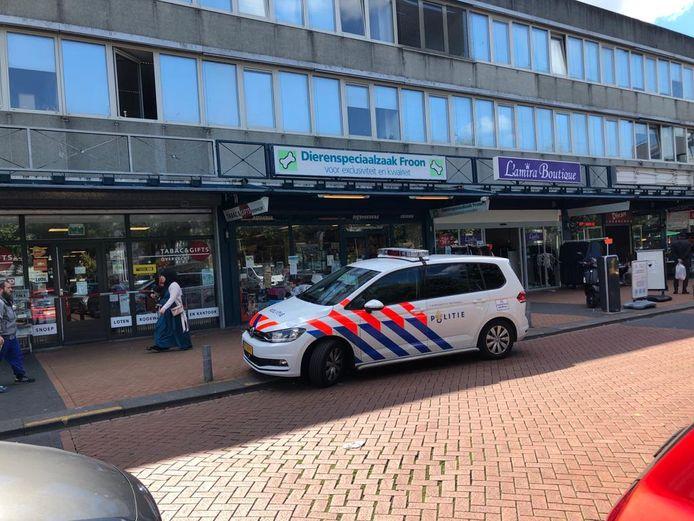 De politie is op zoek naar een verdachte die wegvluchtte op een rammelende opoefiets met blauwe voorband.