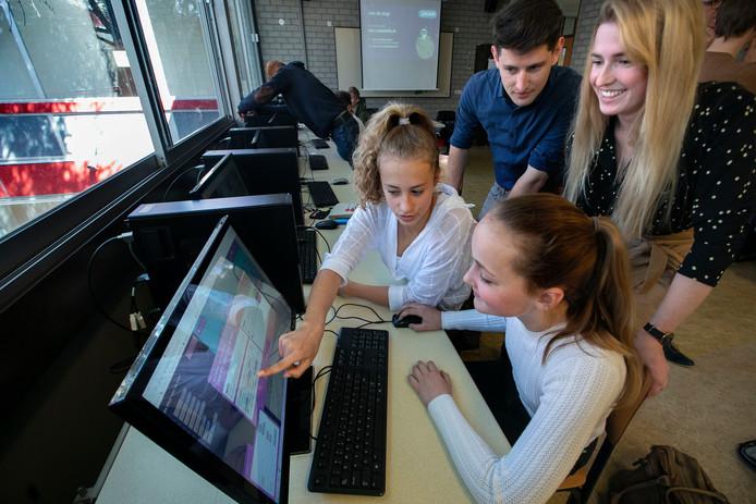 Leerlingen aan het werk met het programma Code skillz.
