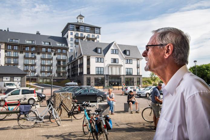 Wethouder Peter Ploegaert met op de achtergrond het Strandhotel in Cadzand-Bad.