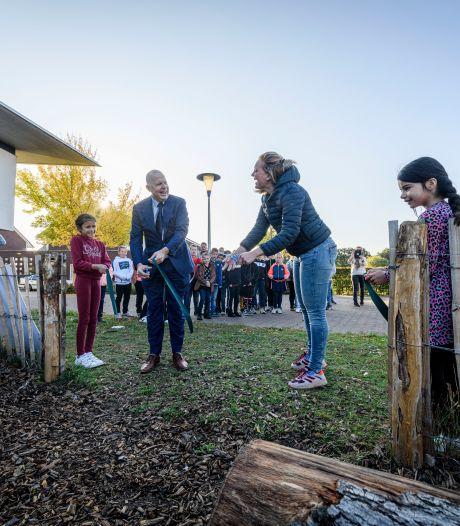 Kinderen in Almelo krijgen les tussen bomen en beestjes: 'Maar we willen onze draaimolen graag terug'