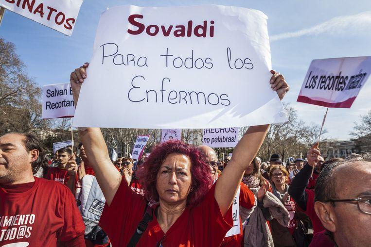 Demonstraties tegen Gilead, de producent van het hepatitismedicijn Sovaldi, in Madrid. Sovaldi is uitgegroeid tot het symbool van de graaicultuur onder farmaceuten. Beeld HH