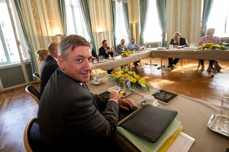 De toppers, zoals formateur Jan Jambon (N-VA), ruimen even plaats aan de Vlaamse onderhandelingstafel. Pas als de vijftien werkgroepen er niet uit raken, zullen de hoofdonderhandelaars de knoop doorhakken.