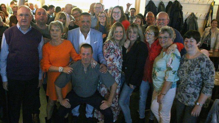 Stefke Lood (met wit hemd) met fans in café Onder den Toren.foto rv