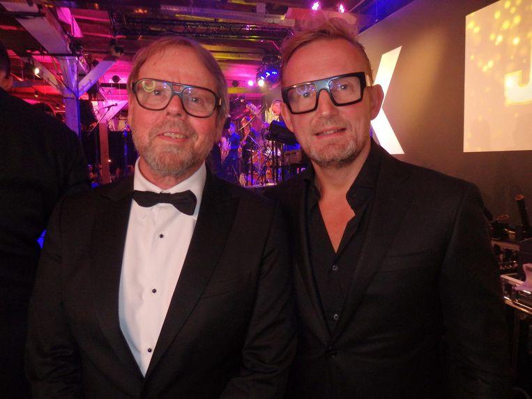 JFK-hoofdredacteur Willem Baars en prins Bernhard van Oranje, die geld ophaalt voor Lymph&Co met schaatsen. 'Maar ik kan nog steeds geen pootje-over' Beeld Hans van der Beek