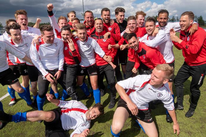 Spelers van Excelsior Zetten vieren de winst in de nacompetitie: ook volgend jaar spelen de Zettenaren derde klasse.
