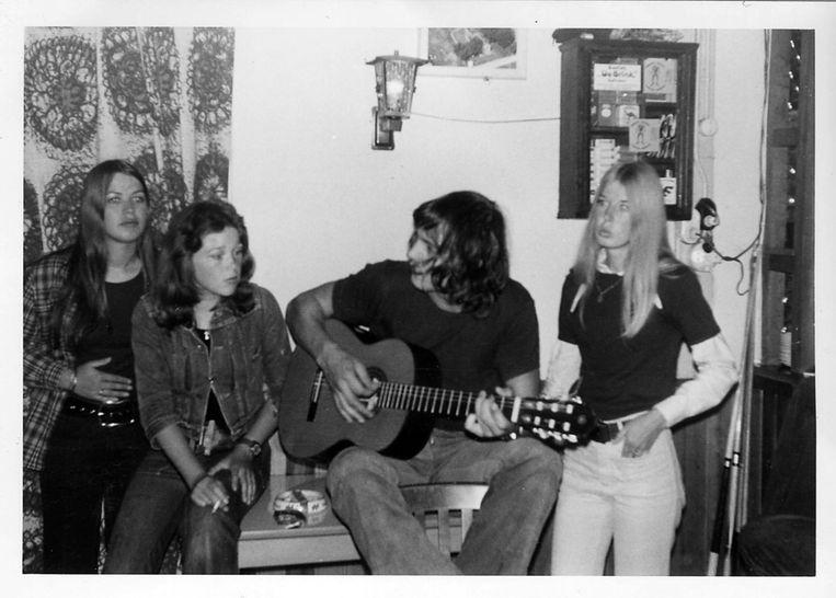 Hessel in de jaren zeventig in zijn café De Groene Weide, waar hij 'uit verveling' met gitaarspelen begon Beeld Archief Hessel van der Kooij