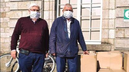 Burgemeester poseert fier met mondmaskers, maar vergeet de 'social distancing': Facebook ontploft