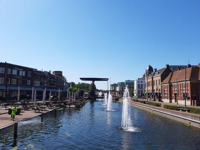 Het is puzzelen met de terrassen bij het kanaal in Helmond. Ze mogen ruimer worden opgezet maar daar is niet overal plaats voor.