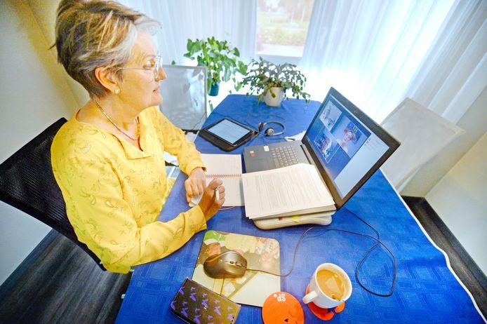 SP-raadslid Mieke Visser vergadert thuis per laptop met fractieleden.