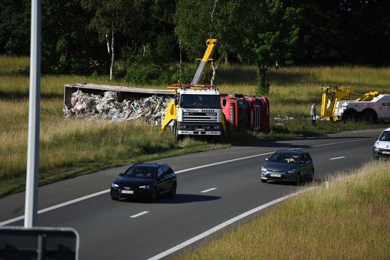 De vrachtwagen met bouwafval kantelde in de berm langs de E40 in Heverlee.