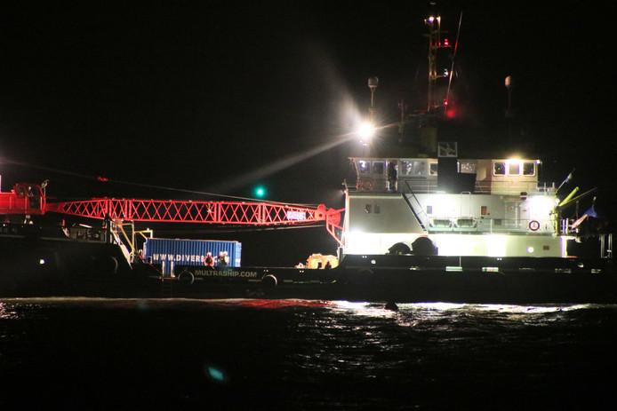 Een duiker is zaterdagavond tijdens laag water op zoek gegaan naar de vermiste persoon in het schip.