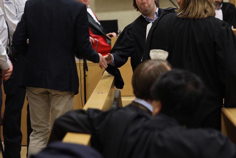 Lei Beaumont groet zijn advocaat Jurgen Millen bij het betreden van de assisenzaal in Tongeren. Hij wil zelf niet in beeld gebracht worden tijdens zijn tweede assisenproces.