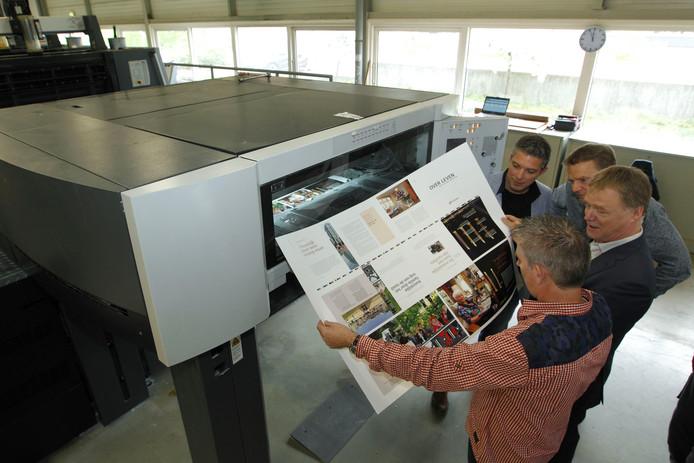 De toenmalige directie van Tesink controleert de paginakleuren van de eerste vellen van het boek Over Leven met Koninginnedag 2009. Over een jaar vertrekt de bekende drukkerij uit Zutphen.