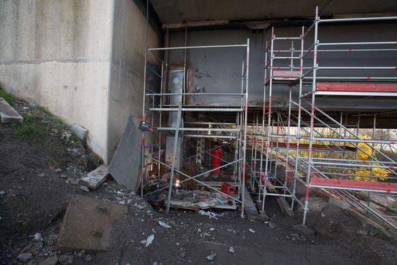 Aan de pijler onder de brug moet nog beton gegoten worden dat nog enkele weken moet drogen en pas dan kan de brug voor het verkeer weer worden vrijgegeven.