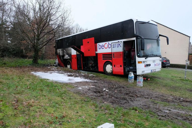 De uitgebrande bus werd door renners gebruikt als douche- en verkleedruimte. Vooraan konden ze zich ook voorbereiden op de cross.