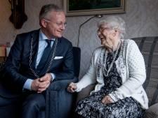 Wordt Aaltje (102) uit Almelo bedolven onder de kaartjes?