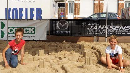 Yoren (10) en Alixanne (13) bouwen mooiste zandkasteel