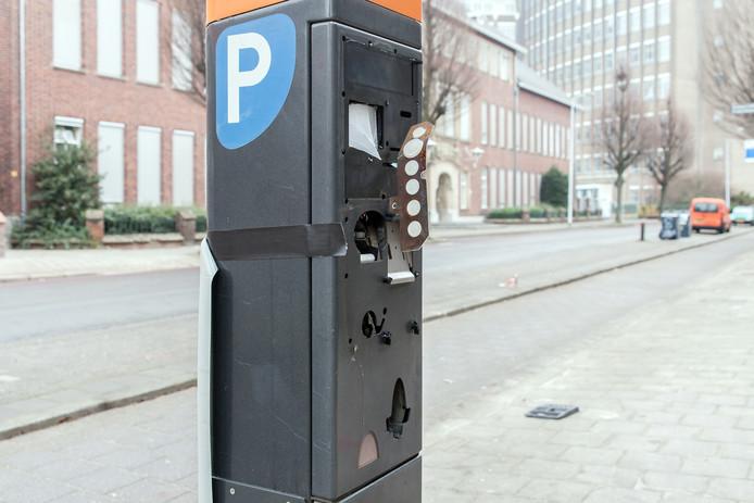 Een met vuurwerk opgeblazen parkeerautomaat in Eindhoven.