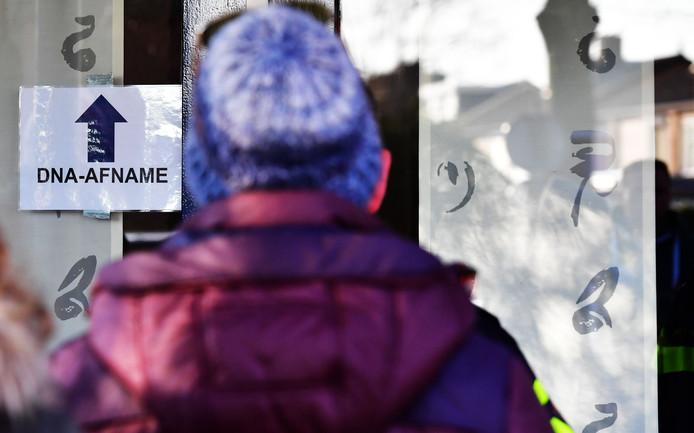 Een man staat in de rij voor een afnamelocatie waar DNA afgestaan kan worden in het verwantschapsonderzoek rondom de moord op Nicky Verstappen. De elfjarige jongen werd twintig jaar geleden op de Brunssummerheide vermoord.