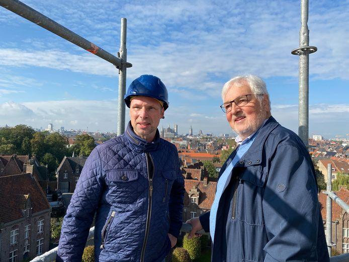 Werfleider Claude Nijs en voorzitter Lieven Decaluwe op het dak van de Begijnhofkerk