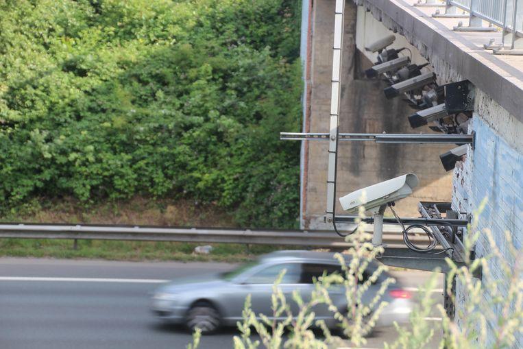 Boven de E40 in Erpe-Mere werden alvast opnieuw camera's voor de trajectcontrole opgehangen.