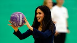 IN BEELD. Prins Harry en Meghan spelen potje basketbal