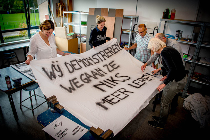 Voorbereidingen voor de staking op de basisscholen op basisschool de Oversteek in Dreumel tijdens de vorige staking op 5 oktober.